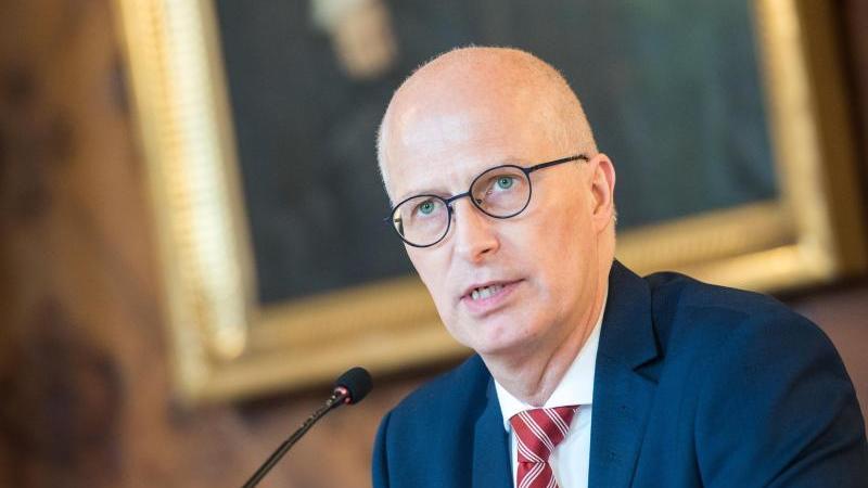Peter Tschentscher (SPD), Erster Bürgermeister von Hamburg, spricht zur Presse. Foto: Daniel Bockwoldt/dpa/Archivbild