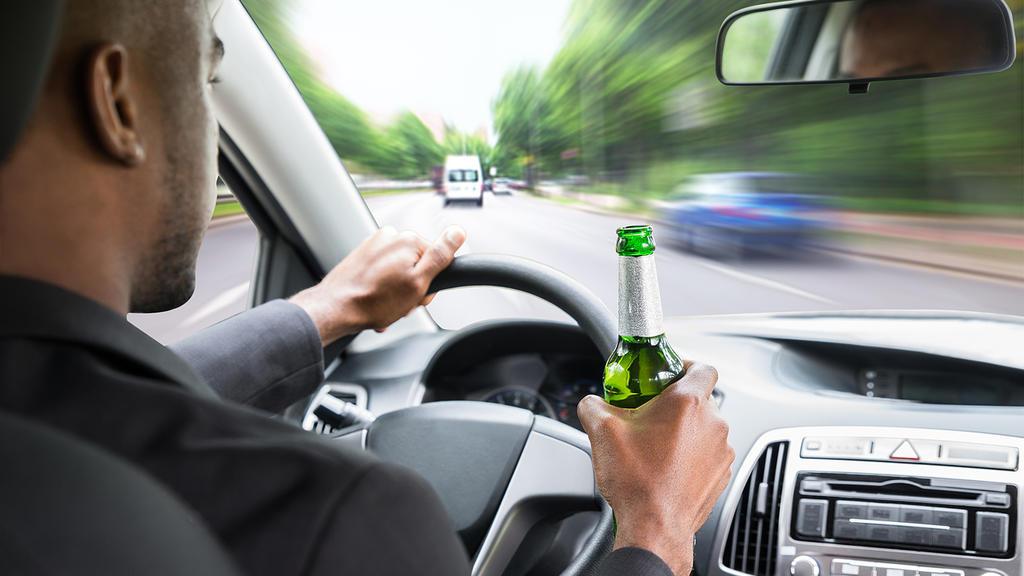 Alkohol trinken am Steuer kann fatale Folgen haben.