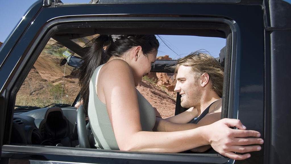 Sex im fahrenden Auto kann andere gefährden.