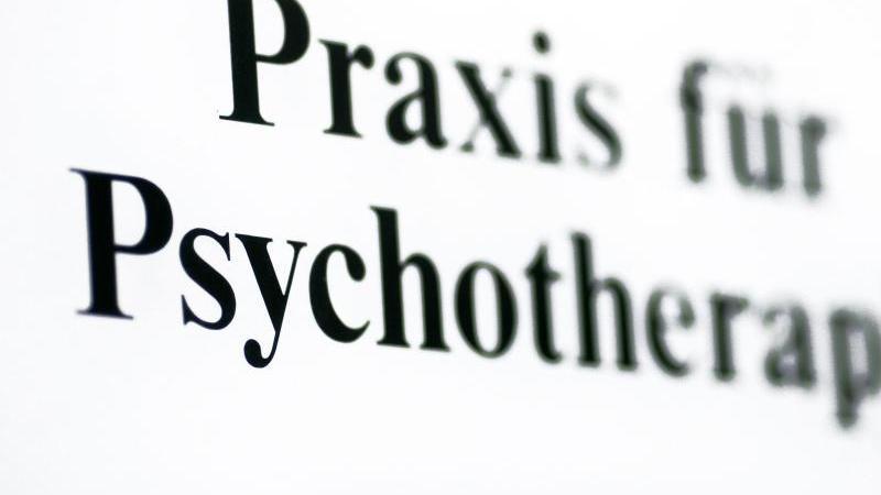 Ein Schild weist auf eine Praxis für Psychotherapie hin. Foto: Jens Wolf/zb/dpa/Symbolbild