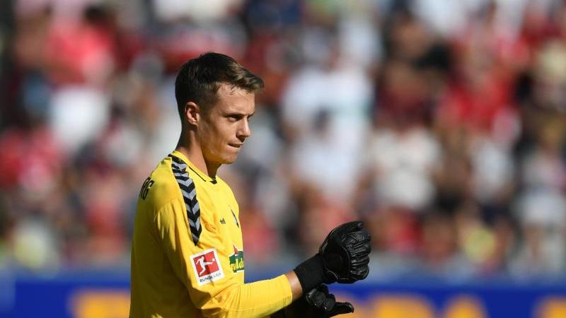 Torwart Alexander Schwolow kann sich auch vorstellen beim SC Freiburg zu bleiben. Foto: Patrick Seeger/dpa