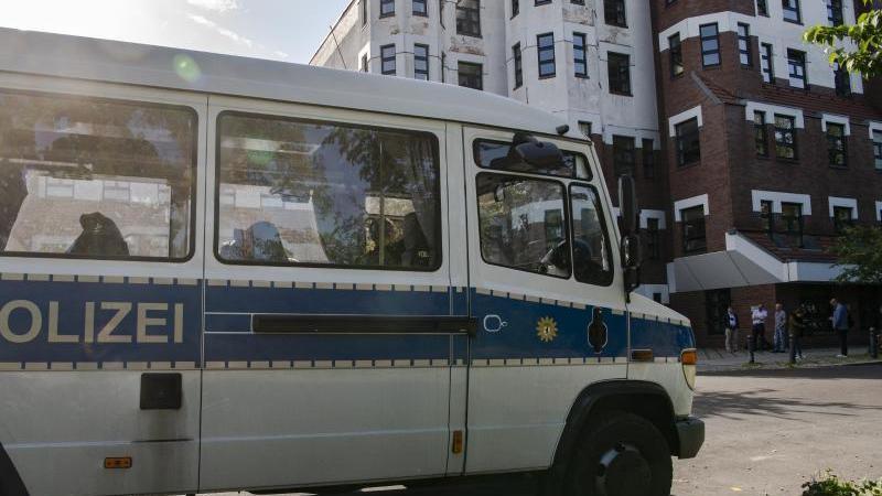 Ein Einsatzwagen der Polizei steht am Kriminalgericht in Moabit. Foto: Paul Zinken/dpa-zentralbild/dpa