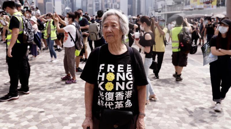 Eine ältere Frau bei einem Protest in Hongkong. Die britische Kronkolonie war 1997 zurück an China gegangen. Foto: Liau Chung-Ren/ZUMA Wire/dpa