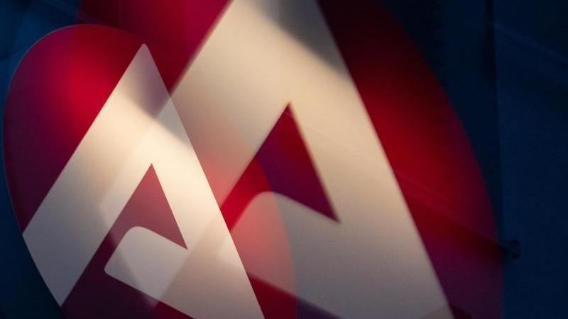 Das Logo der Bundesagentur für Arbeit leuchtet. Foto: Sebastian Gollnow/dpa/Archivbild