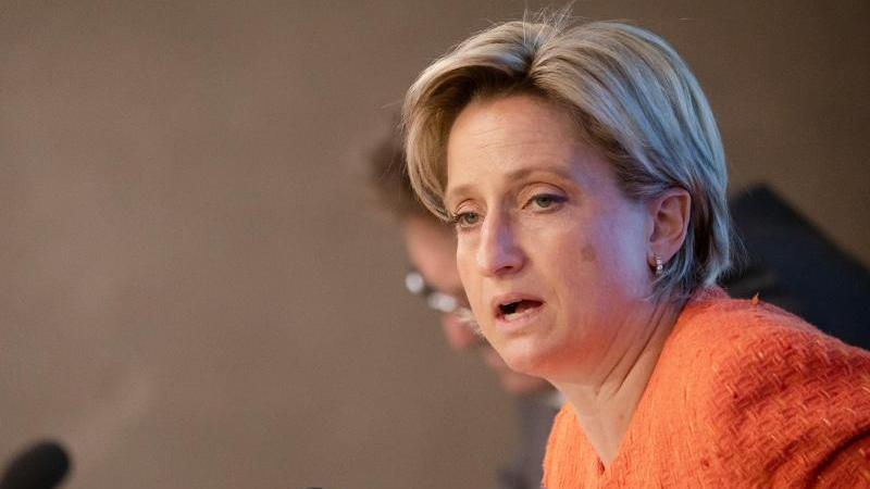 Nicole Hoffmeister-Kraut spricht auf einer Pressekonferenz. Foto: Christoph Schmidt/dpa