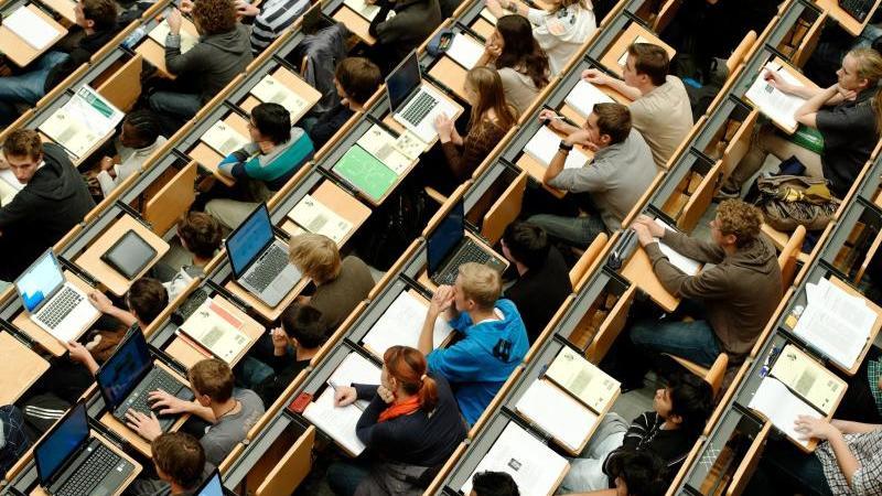 Studierende sitzen in einem Hörsaal einer Universität. Foto: Peter Kneffel/dpa/Symbolbild