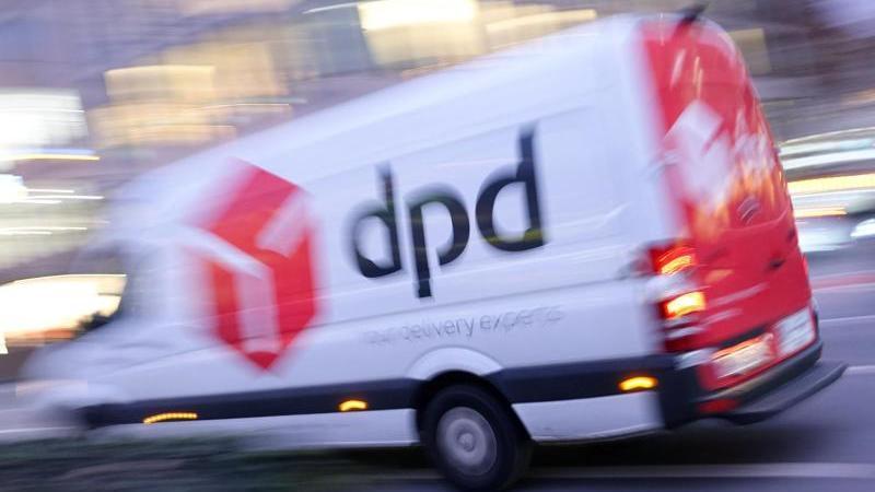 """Ein Lieferwagen des Paketdienstes """"dpd"""" fährt eine Straße entlang. Foto: Katharina Redanz/dpa/Archivbild"""