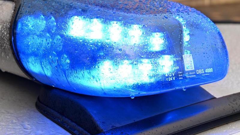 Ein Streifenwagen der Polizei steht mit eingeschaltetem Blaulicht. Foto: Carsten Rehder/dpa/Archivbild