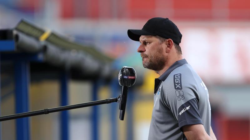 Paderborns Trainer Steffen Baumgart spricht beim Interview vor dem Spiel. Foto: Lars Baron/Getty Images Europe/Pool/dpa