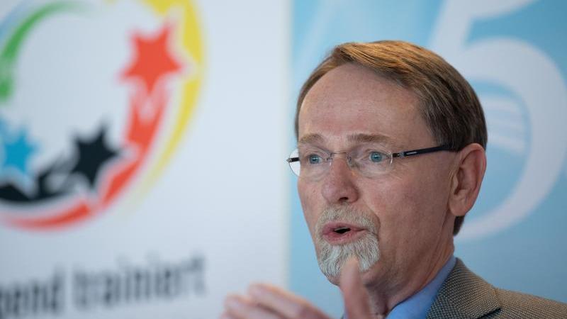 Thomas Härtel, Präsident des Landessportbundes Berlin, spricht während einer Pressekonferenz. Foto: Soeren Stache/dpa