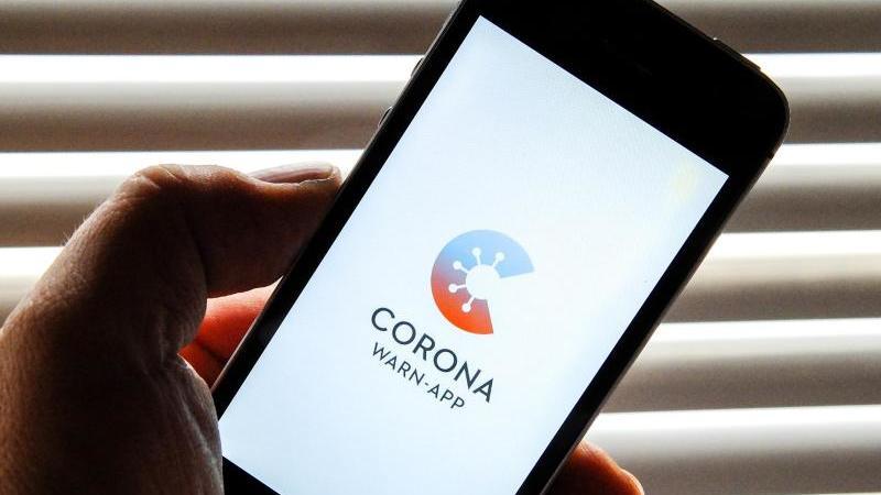 Die Entwickler der Corona-Warn-App des Bundes haben den kompletten Programmcode offengelegt. Foto: Stefan Jaitner/dpa
