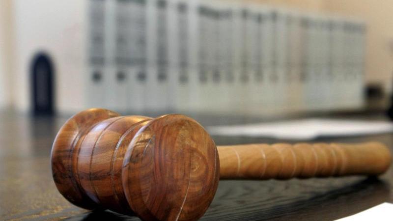 Ein hölzerner Hammer liegt auf der Richterbank in einem Verhandlungssaal. Foto: Uli Deck/dpa/Symbolbild