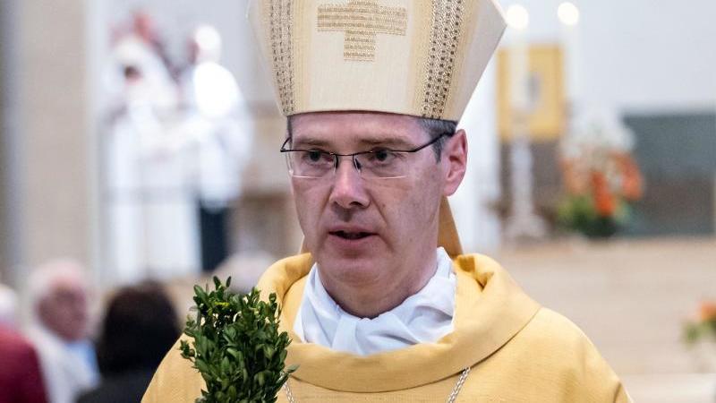 Heiner Wilmer, der Bischof des Bistums Hildesheim, steht in seiner Kirche. Foto: Peter Steffen/dpa/Archivbild