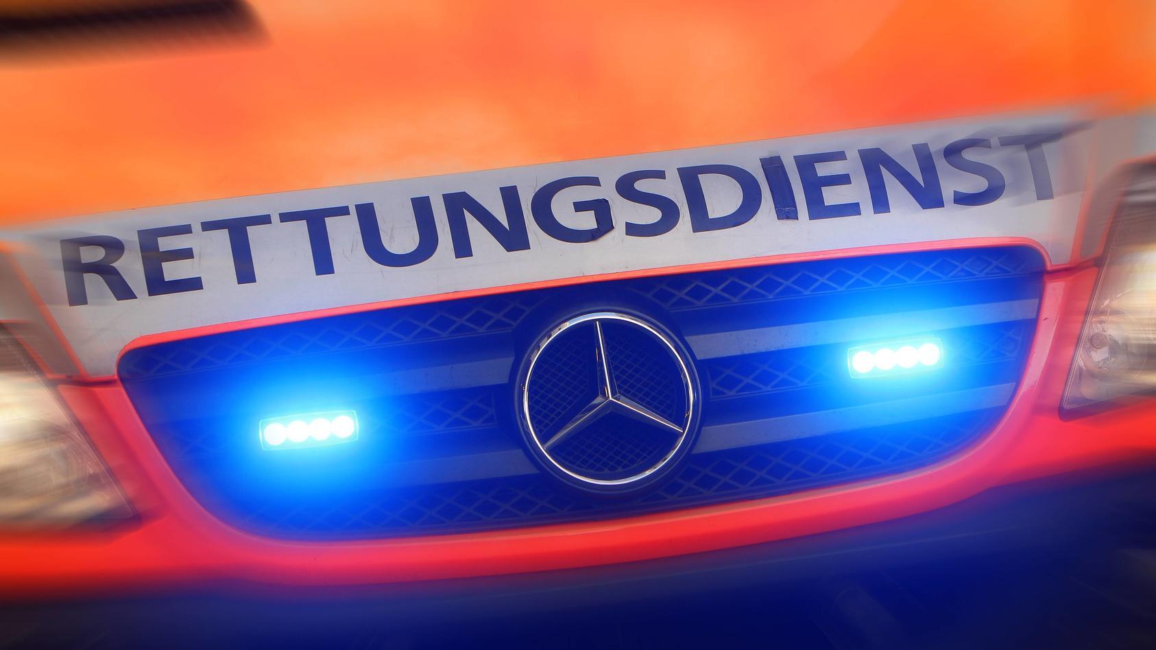 Notfall Rettungswagen steht mit Blaulicht während eines Noteinsatz es in der Altstadt von Köln, Nordrhein Westfalen, De