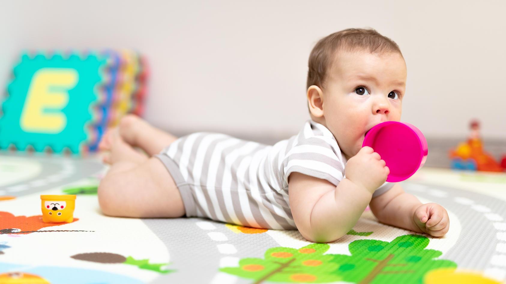 Viele Eltern haben schon einmal von der oralen Phase bei Kleinkindern gehört. Doch was steckt genau dahinter, wenn das Baby plötzlich alles in den Mund nimmt?