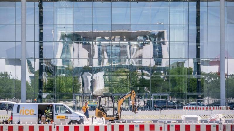 Das Bundeskanzleramt im Berliner Regierungsviertel spiegelt sich in der Fassade des Paul-Löbe-Hauses des Bundestags. Foto: Michael Kappeler/dpa
