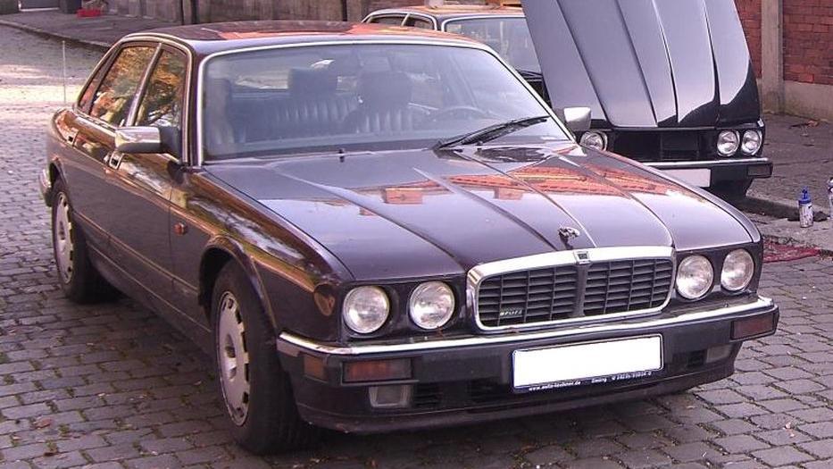 Der Tatverdächtige nutzte zur tatkritischen Zeit einen dunkelfarbenen Jaguar XJR 6, über die konkrete Zulassung vor der Tat liegen keine Erkenntnisse vor, so das BKA.