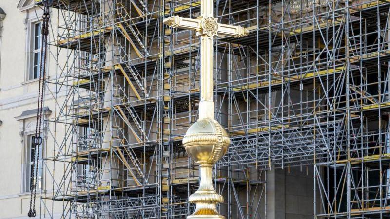 Das Kreuz für die Kuppel steht auf der Baustelle des Berliner Stadtschlosses. Foto: Fabian Sommer/dpa/Archivbild