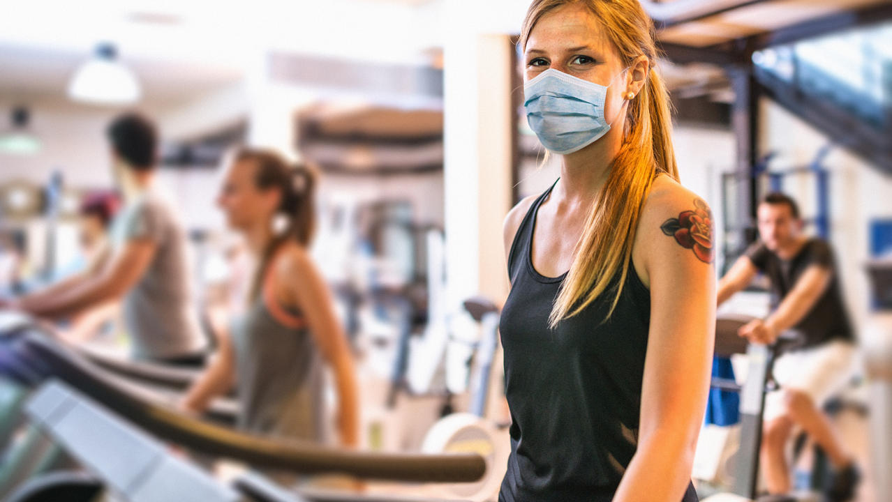 Frau im Fitnessstudio während der Corona-Pandemie
