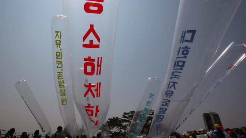 Nordkoreanische Überläufer und südkoreanische Aktivisten starten Ballons mit Flugblättern gegen die nordkoreanische Regierung in der Nähe der entmilitarisierten Zone. Foto: Jeon Heon-Kyun/EPA/dpa