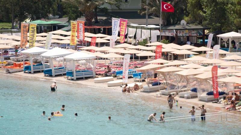 Touristen an einem Strand im türkischen Badeort Kemer. Aus der Bundesregierung gibt es positive Signale für einen Sommerurlaub in der Türkei. Foto: Marius Becker/dpa