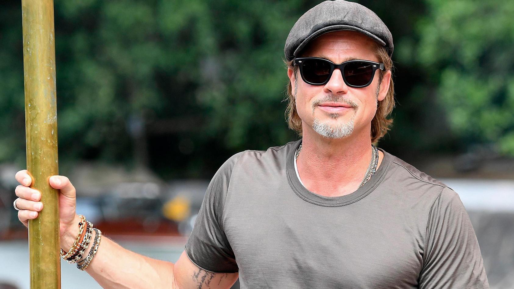 Brad Pitt macht's vor: Der Film-Star rockt den Schiebermützen-Trend.
