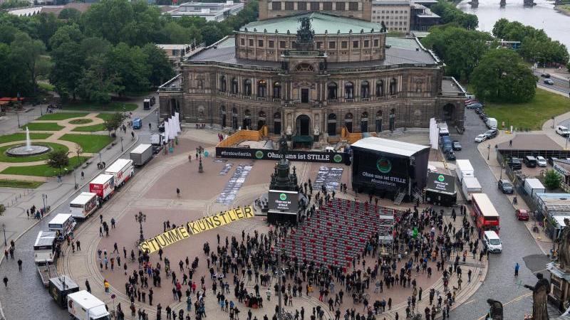 """""""Ohne uns ist Stille"""" - eine Aktion mit 1000 leeren Stühlen und 1000 Personen. Foto: Robert Michael/dpa-Zentralbild/dpa"""