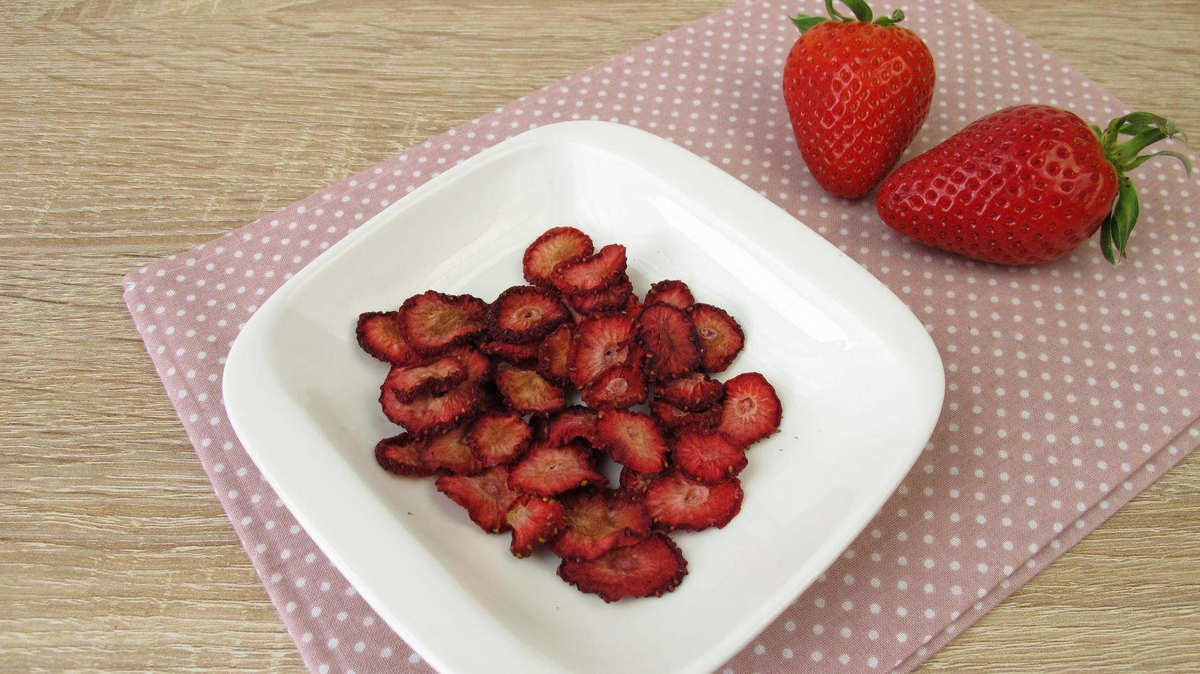 Erdbeerchips lassen sich ganz einfach selbst herstellen.