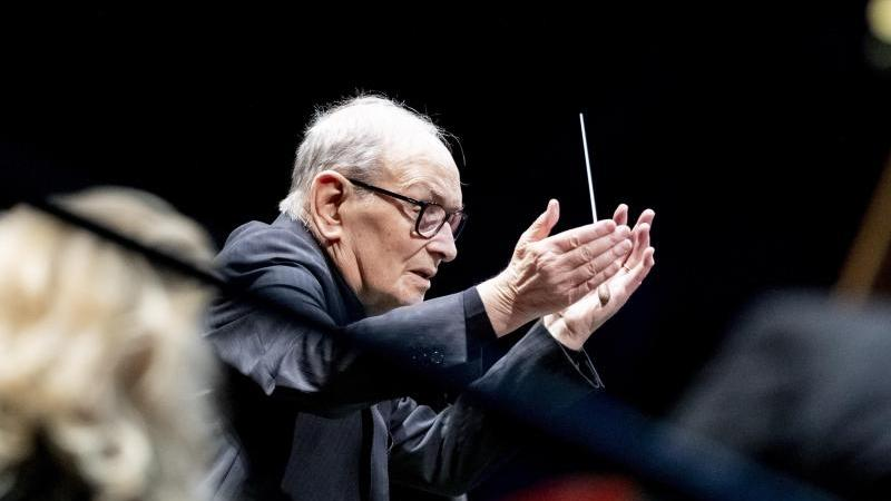 "Komponist Ennio Morricone bei seiner ""The Farewell Tour"" 2019 in Berlin. Foto: Christoph Soeder/dpa"