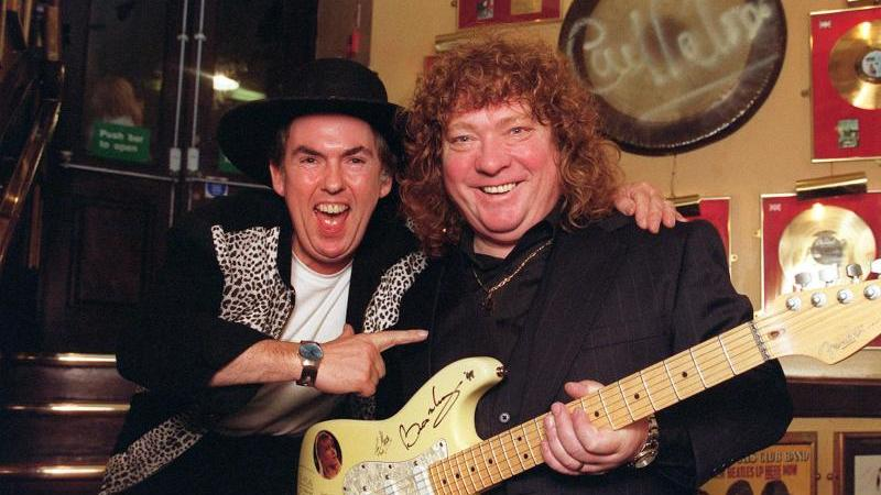Leadgitarrist Dave Hill (l) und Steve Priest 1999 in London. Foto: Peter Jordan/Press Association/dpa