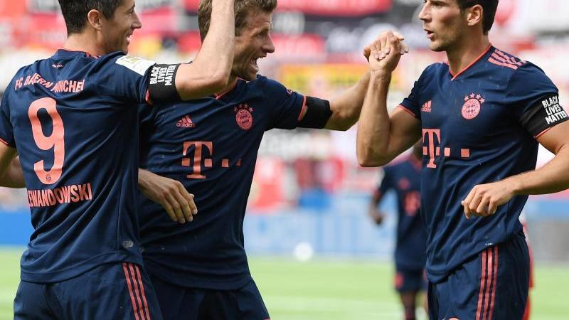 Auf Kurs Meistertitel: Lewandowski (l) jubelt über seinen Treffer zum 4:1 für die Bayern gegen Leverkusen mit Thomas Mueller und Leon Goretzka (r). Foto: Matthias Hangst/Getty Images Europe/Pool/dpa