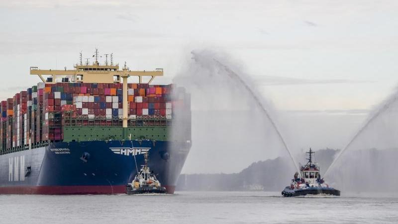 """Das weltgrößte Containerschiff """"HMM Algeciras"""" auf seiner Jungfernfahrt im Hamburger Hafen. Foto: Axel Heimken/dpa"""