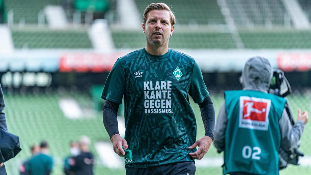 Werder Bremen - VfL Wolfsburg Fußball, 1. Bundesliga 2019/20, Werder Bremen - VfL Wolfsburg: Vor dem Spiel gegen den VFL Wolfsburg trugen die Spieler des SV Werder Bremen beim aufwaermen spezielle Trikots mit dem Aufdruck:, Geh mir wech mit Rassism