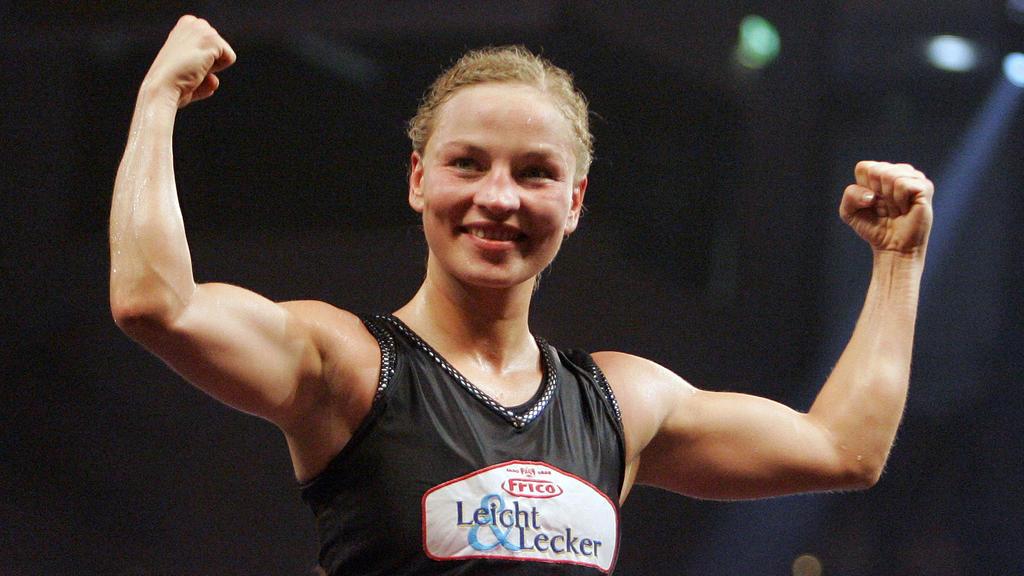 ARCHIV - Die deutsche Boxweltmeisterin im Fliegengewicht Regina Halmich jubelt in Düsseldorf nach ihrem Kampf gegen ihre Herausforderin Rodriguez aus den USA (Archivfoto vom 28.07.2007). Als unbekannte Rechtsanwaltsgehilfin ist Halmich einst in den R