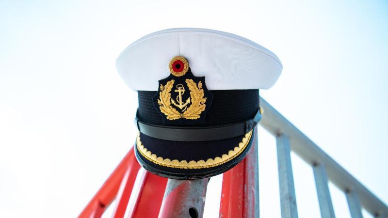 Die Schirmmütze eines Marineoffiziers. Foto: Mohssen Assanimoghaddam/dpa/Symbolbild