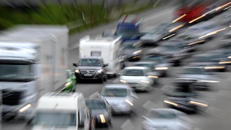 Pkw, Last- und Wohnwagen stehen auf der Autobahn 7 vor dem Elbtunnel in Hamburg im Stau.