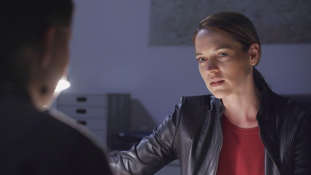 AWZ: Die Kommissarin schaut Nathalie zweifelnd an.