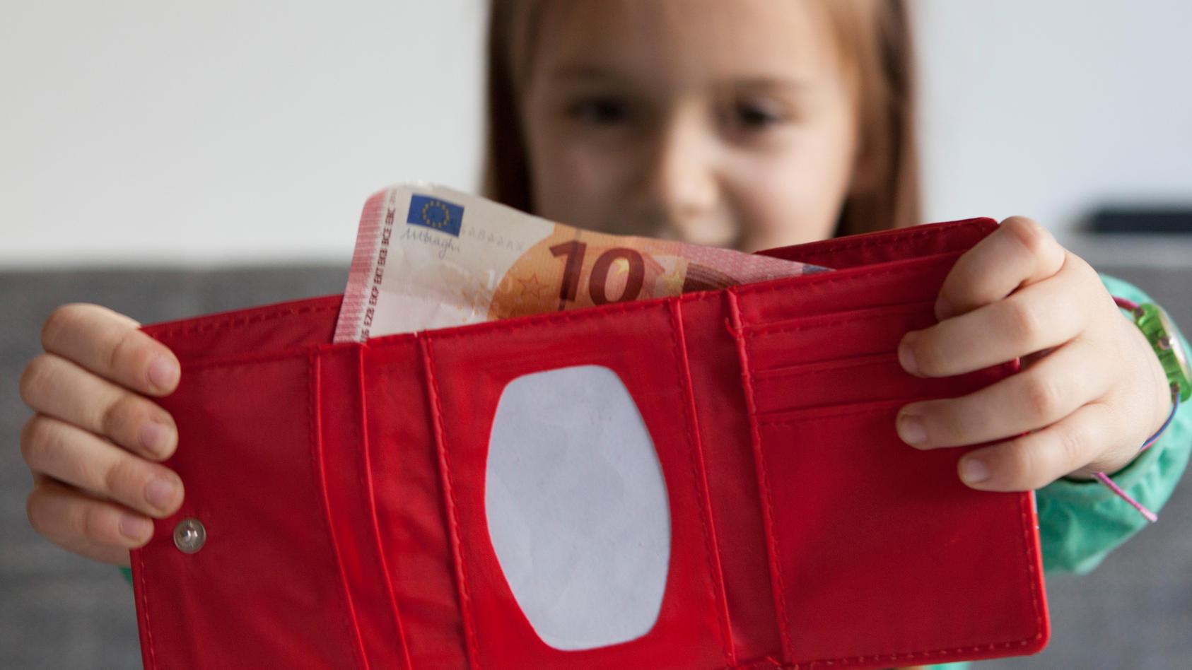Kann man einem Kind gutes Verhalten mit Taschengeldkürzungen und Aufstockungen beibringen? Diese Frage beantwortet Pädagogin Elisabeth Elsner für uns.