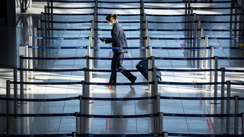Der fast menschenleere Check-In am Düsseldorfer Flughafen. Foto: Federico Gambarini/dpa