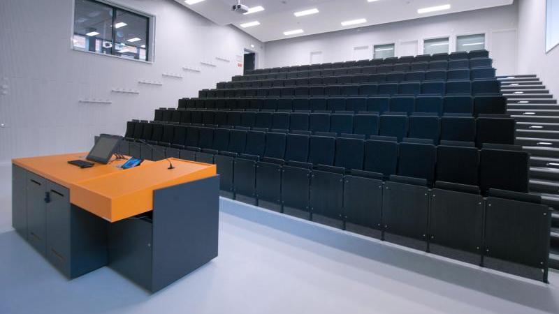Die Sitzplätze und das Podioum eines Hörsaals sind leer. Foto: Stefan Sauer/dpa-Zentralbild/dpa/Archivbild