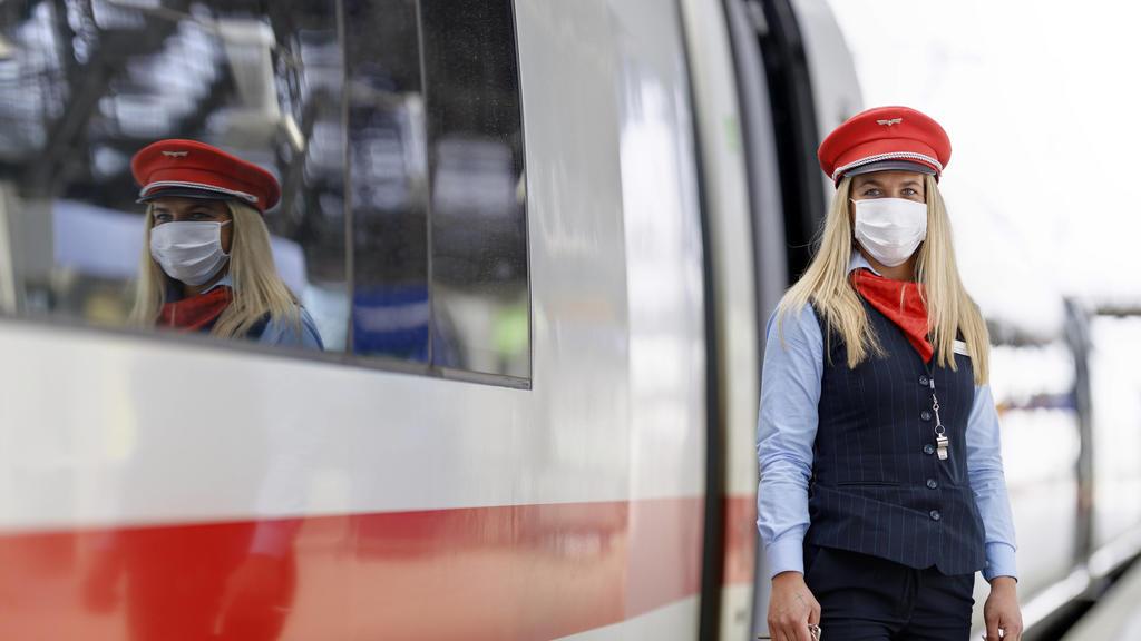 In Bussen, Bahnen und Zügen in NRW sowie auf Gleisen wie am Kölner Hauptbahnhof herrscht wegen der Coronakrise derzeit Maskenpflicht und Reisende erscheinen nur noch maskiert. Köln, 27.04.2020 *** Due to the corona crisis, masks are currently mandat