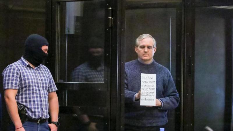 Der US-Bürger Paul Whelan (r) vor der Urteilsverkündung in einem Moskauer Gericht. Foto: Sofia Sandurskaya/Moscow News Agency/AP/dpa