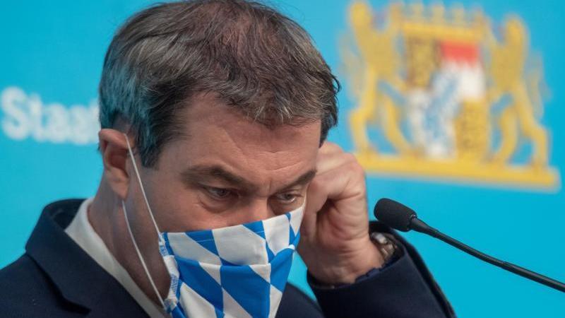 Markus Söder, der Ministerpräsident von Bayern, mit Mund-Nasen-Schutz im Bayern-Design. Foto: Peter Kneffel/dpa-Pool/dpa/Archivbild