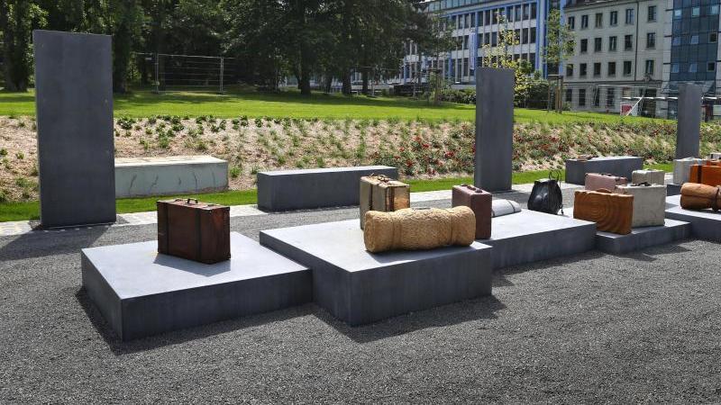 Stilisierte Gepäckstücke stehen an einer Gedenkstätte für deportierte Jüdinnen und Juden vor dem Würzburger Hauptbahnhof. Foto: Karl-Josef Hildenbrand/dpa