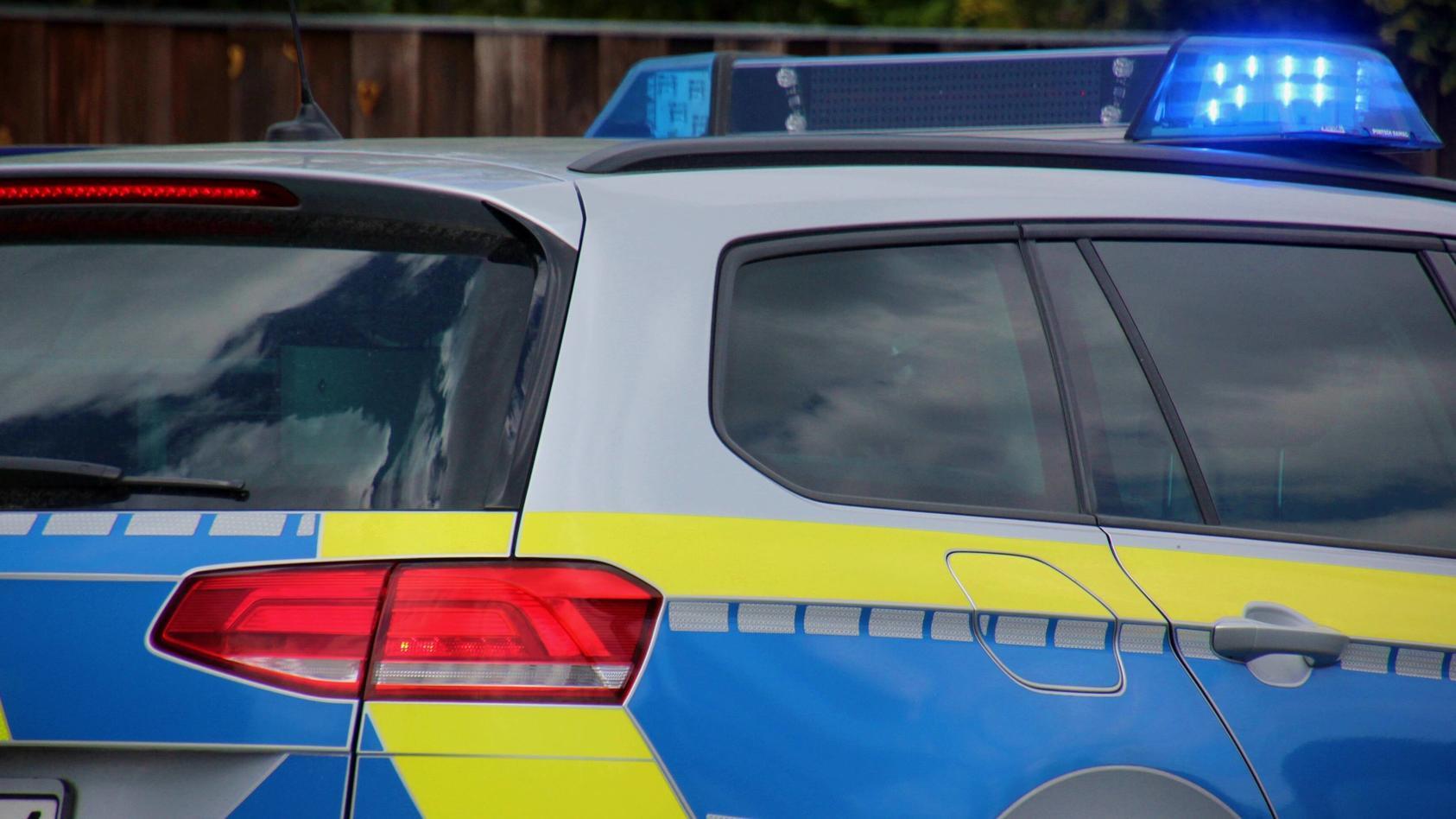 Das Ordnungsamt der Stadt Düsseldorf hat eine illegale Raverparty unter einer Autobahnbrücke an der A44 aufgelöst.