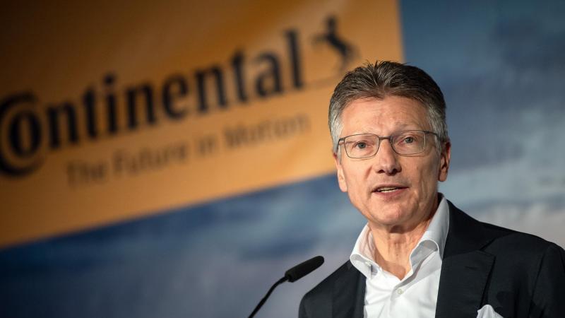 Continental-Vorstandschef Elmar Degenhart spricht beim Richtfest für die neue Continental-Unternehmenszentrale. Foto: Sina Schuldt/dpa