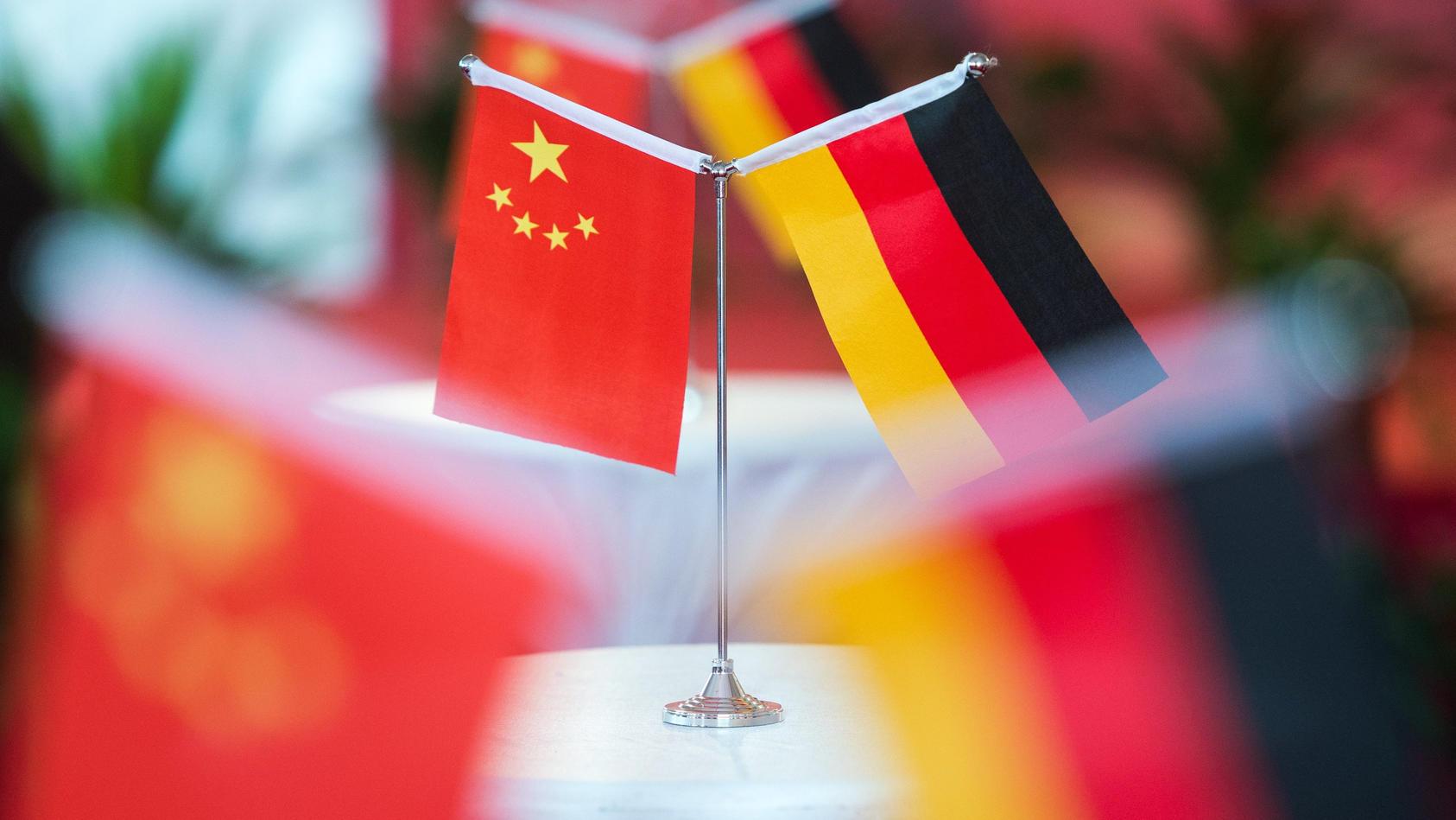 Flaggen Chinas und  Deutschlands