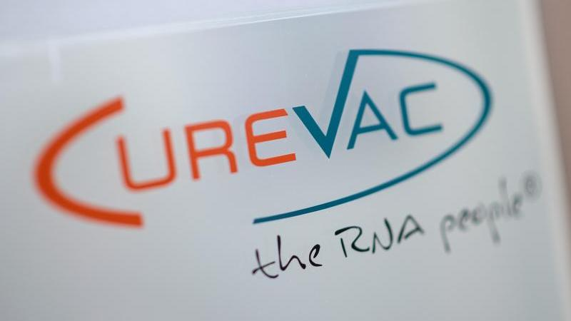 Das Logo des biopharmazeutischen Unternehmens CureVac. Foto: Sebastian Gollnow/dpa/Archivbild