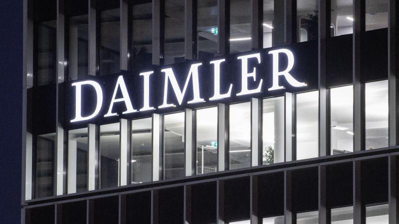Der Schriftzug der Daimler AG an der Konzernzentrale. Foto: Marijan Murat/dpa/Archivbild