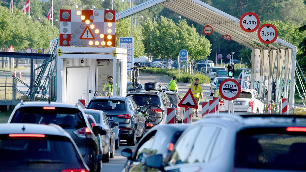 dpatopbilder - 15.06.2020, Schleswig-Holstein, Flensburg: Autos stehen am Grenzübergang Krusau in Richtung Dänemark. Deutsche Touristen dürfen seit Mitternacht wieder nach Dänemark einreisen. Voraussetzung dafür ist jedoch, dass sie mindestens sechs